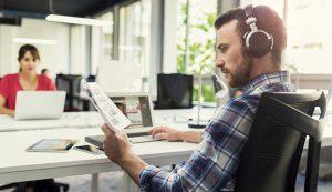 Oubliez les préjugés, travailler en musique est bon pour votre productivité !